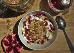 Gezond ontbijten met huisgemaakte granola en geitenyoghurt