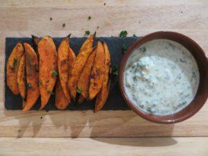 Zoete aardappel in de oven met geitenyoghurtdip