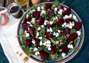 Salade met spinazie, rode biet, walnoten en geitenkaas