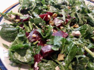 Salade met rode biet, spinazie en geitenkaas gemengd