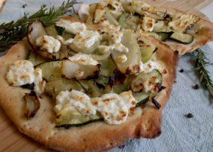 Witte pizza met courgette, venkel en geitenkaas