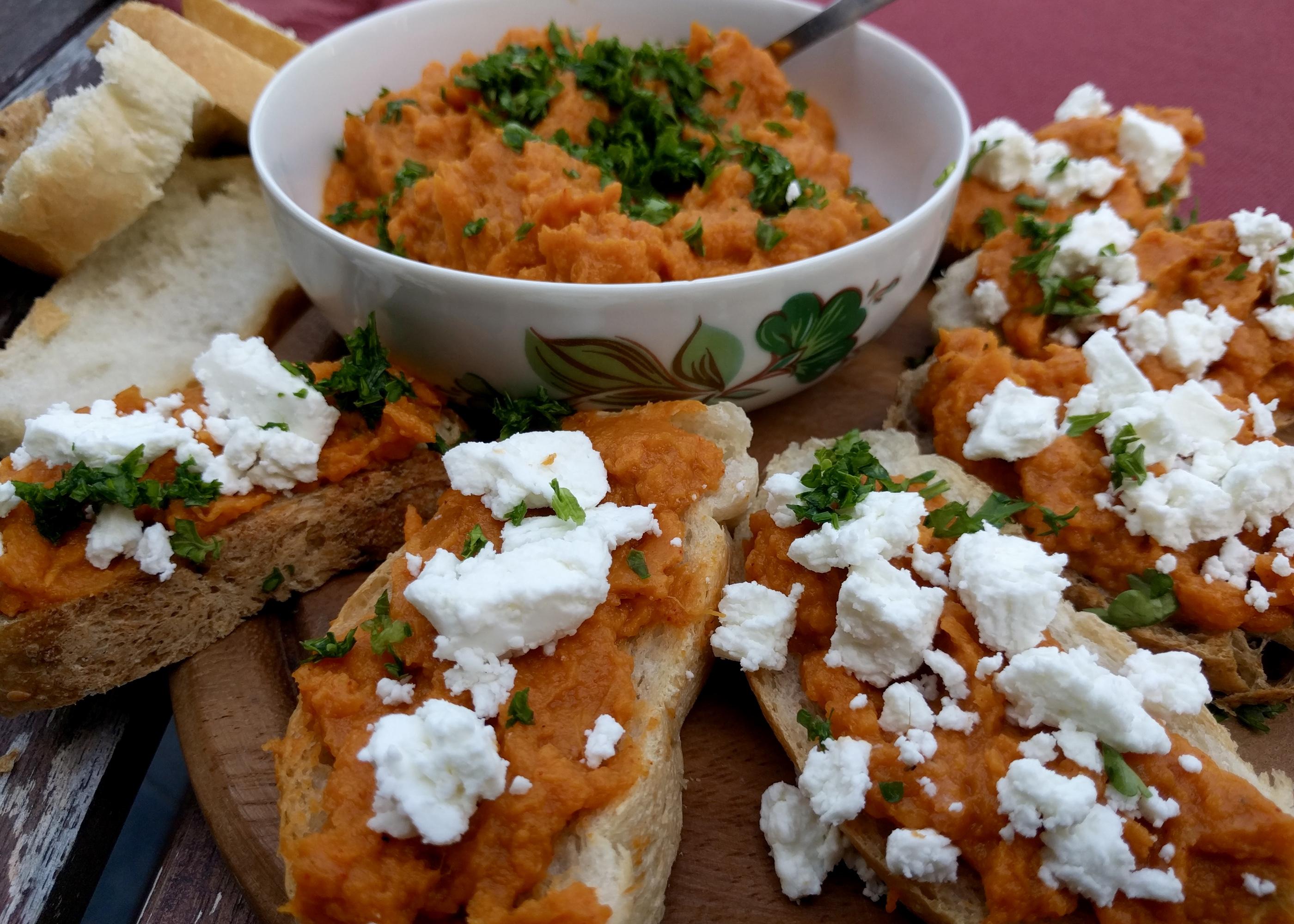 Bruschetta met zoete aardappelspread en geitenkaas