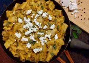 Kruidige pasta met pompoen, gehakt en geitenkaas